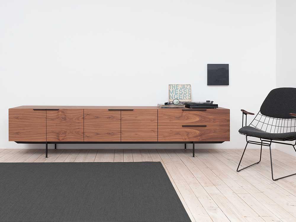 pastoe-frame-dressoir-bruin-hout-sfeer-2