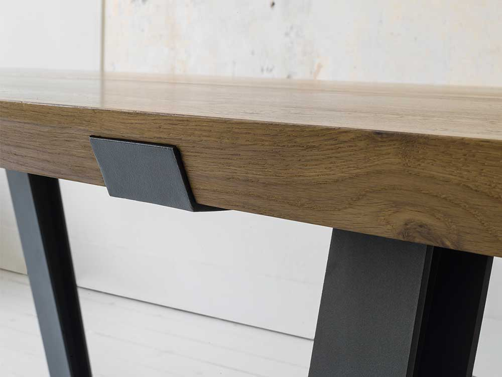 qliv-side-to-side-eettafel-bruin-hout-sfeer-detail