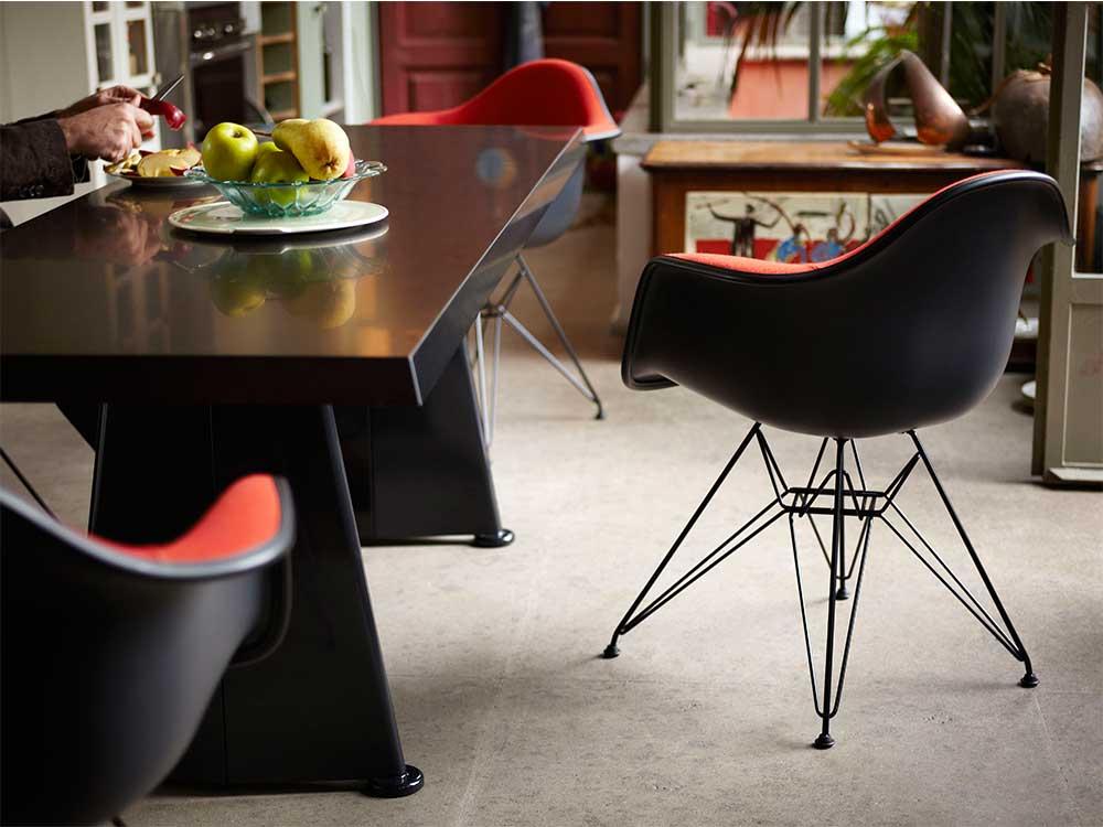 Vitra-DAR-eetkamerstoel-zwart-rood