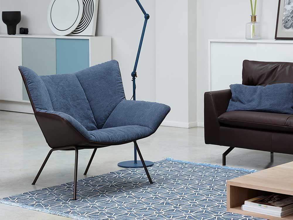 Label-Gustav-fauteuil-leder-bruin-stof-blauw
